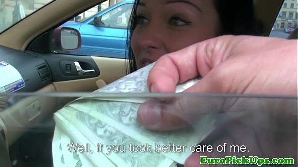 Flagra no taxi morena mostrando seus belos peitos