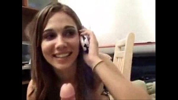 Novinha  amadora falando ao celular e pagando um belo boquete