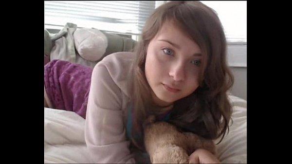 Novinha linda se exibindo na frente da web cam