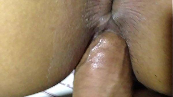 Putinha brasileira dando a buceta e levando no cu