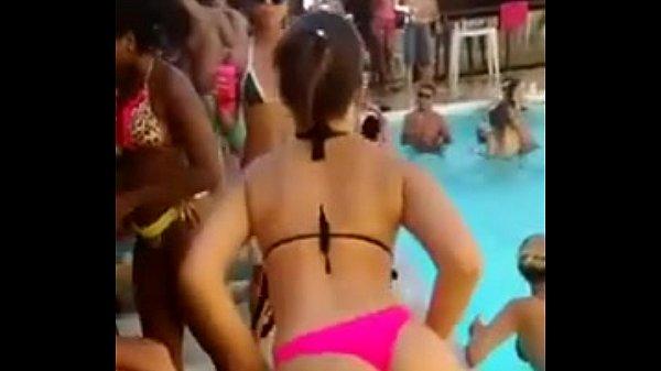 A pecadora do funk novinha dança so de biquine na piscina