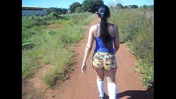 Mulher sai para fazer caminhada com consolo no cuzinho