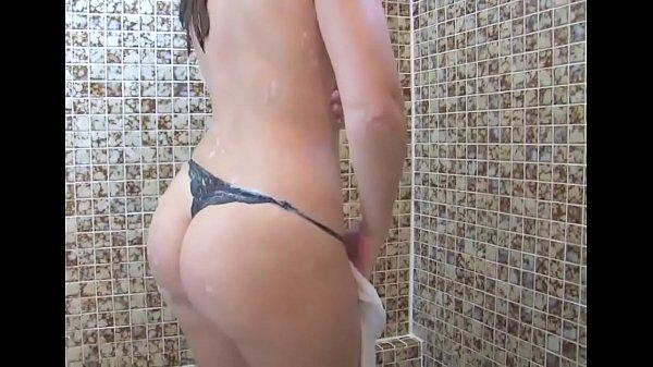 Delicia de novinha tomando banho
