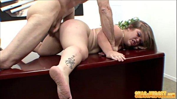 Secretaria anã fazendo sexo com dotado