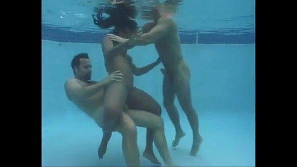 Morena dando para dois homens dentro da piscina
