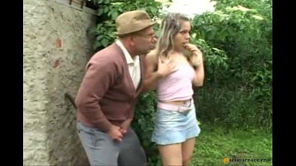 Velho tarado comendo a garota inocente