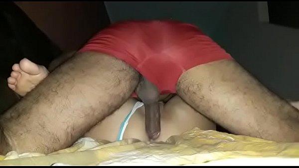 Marmanjo comendo a prima gozando dentro da buceta