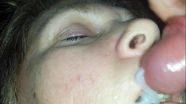Caiu na net novinho acordando a prima com o pau na boca