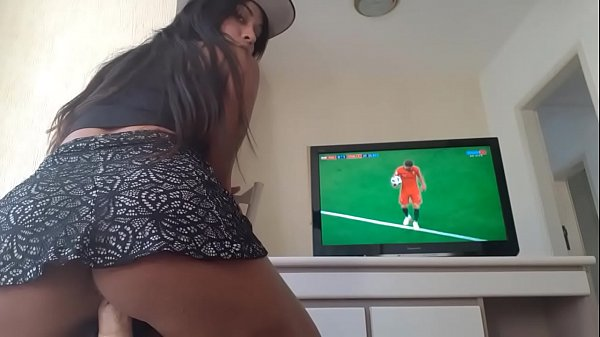 Xvideoz cretina assistindo jogo da copa com consolo na boceta