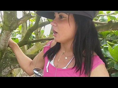 Novinha gostosa se masturbando no mato