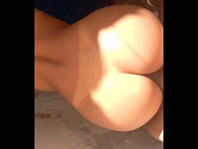 Porno em HD com morena cuzuda dando a buceta