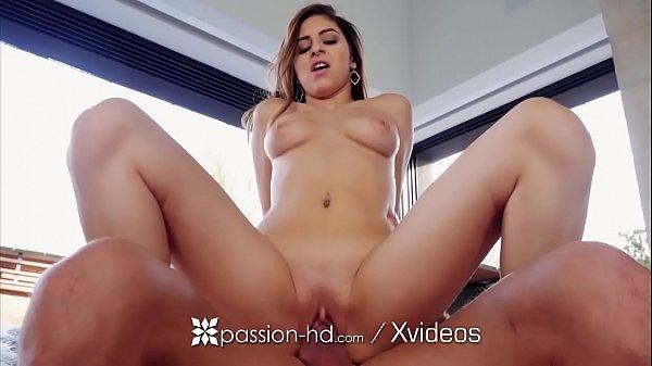 Sexo com ninfetinha greluda transando com roludo