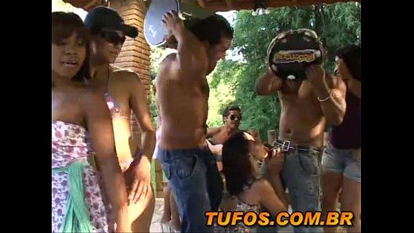 Porno gratis com a turminha do sexo em grupo quebrando tudo em um sitio no Brasil