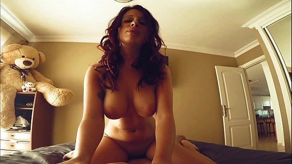 Tube porno tem uam gata dos peitões que adora rebolar de costa para a pica do namorado em seu filme porno em que ela fica animada