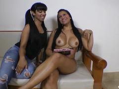Legalporno duas belas morenas latinas bem cavalonas mesmo se pegando gostoso em cima do sofá