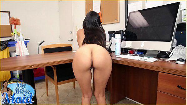 Rabuda no pornô fazendo sexo dentro do escritório
