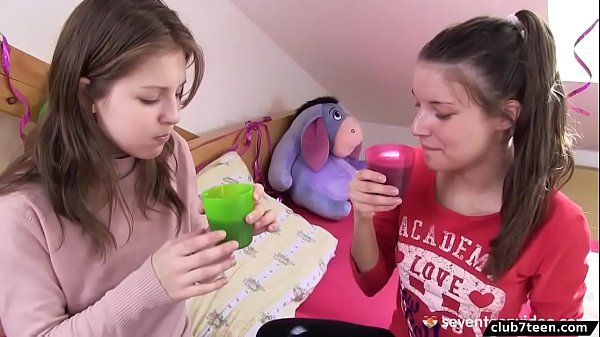 Dedando bucetinha gostosa da sua amiga novinha