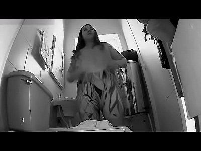 Camera escondida flagra rabuda se exibindo