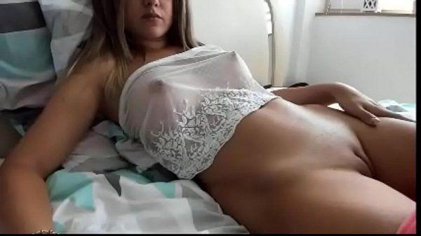 Novinha com peitos maravilhosos na webcam se masturbando