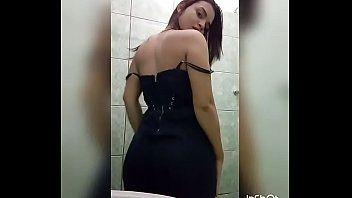 Delicinha fazendo strip no banheiro da sogra