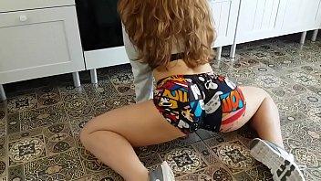 Novinha dançando funk com shorts socado no rabo
