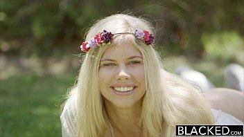 X vídeos porno loirinha meio hippie encarando a vara do negão